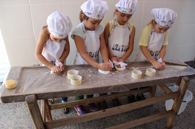 Lanah Aparecida Silva, 6 anos, Vitória Aparecida Rodrigues, 5 anos, Antonella Samira Silva , 6 anos e Clara Zorzi Tizianel, 5 anos.