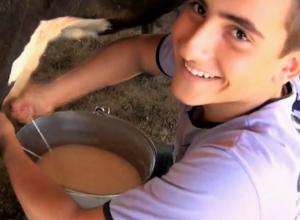 Otusseziano Junior, filho do produtor Otinho, na Fazenda da Matinha. Foto de Débora Pereira.