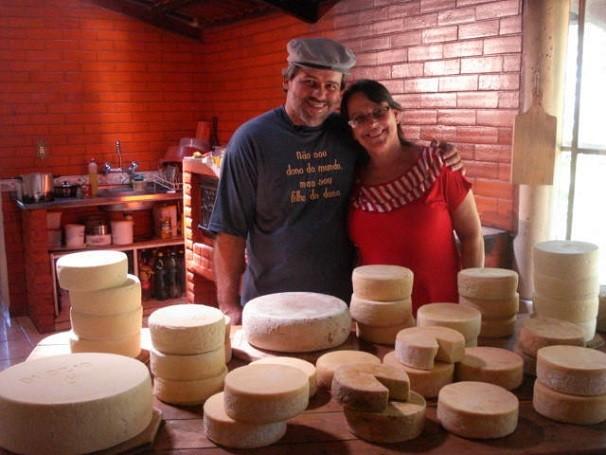 A família de Luciano e Helena Machado produz o queijo canastra de forma tradicional em Medeiros (MG) (Foto: Divulgação/Luciano Machado)