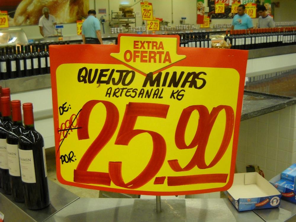 O valor do queijo em grandes supermercados, como o Extra, é em média o dobro do valor do queijo no mercado central.