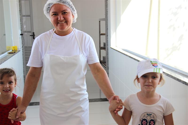 Vitória Aparecida Rodrigues, 5 anos - Ana Clara Pereira da Costa, 5 anos - Ronilda Aparecida da Silva Faria (trabalha na produção de queijo na Roça da Cidade).